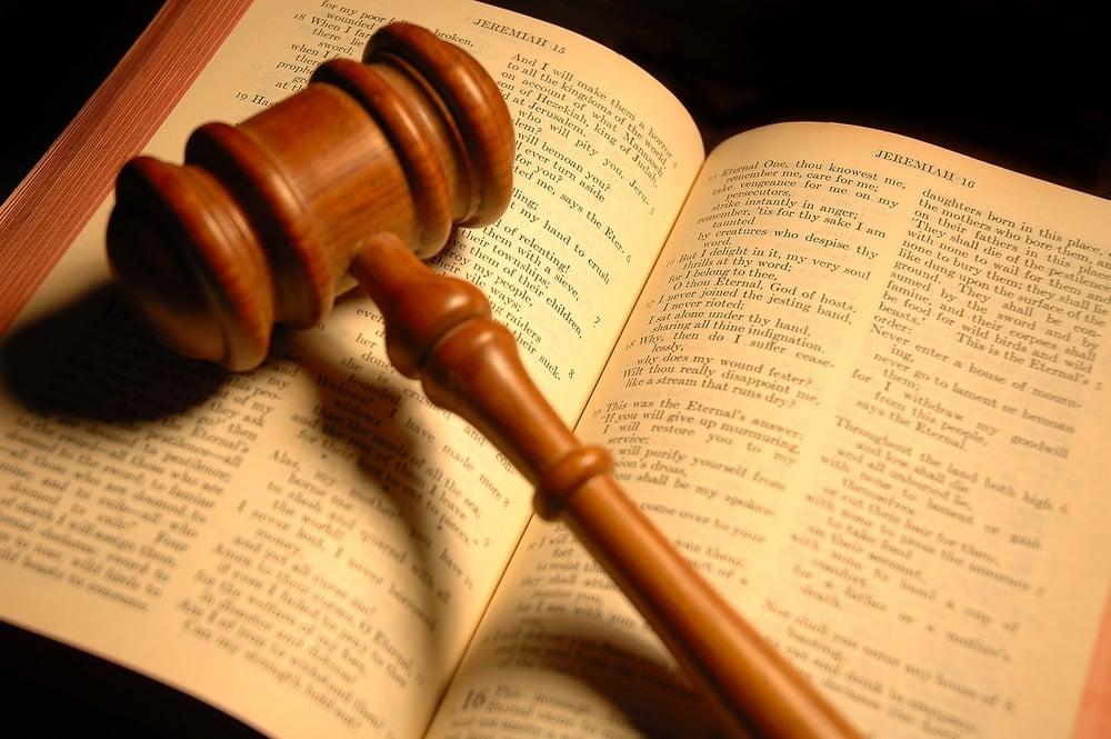 """Código Penal Bíblico versus Código """"Penal"""" Brasileiro"""